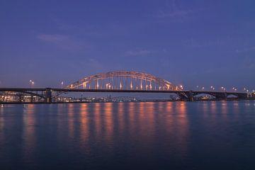 Waalbrug Nijmegen in de schemering