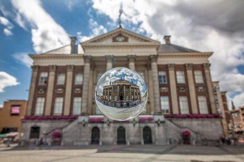 Stadshuis met glazen bol van