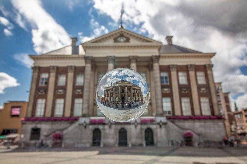 Stadshuis met glazen bol van Iconisch Groningen