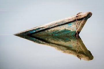 Reflet d'un vieux bateau coulé dans l'eau sur Ellis Peeters