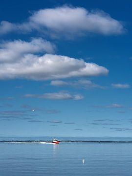 Das Schnellboot zwischen Lauwersoog und Schiermonnikoog auf stillem Wasser von Harrie Muis