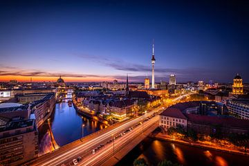 Cityscape Berlin at night with the Fernsehturm, Germany sur