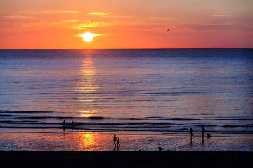 Zonsondergang aan zee in Dieppe van Dennis van de Water