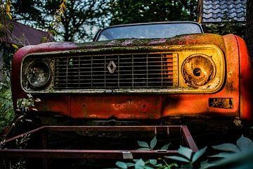 Renault 4 abandoned, verlaten erf.