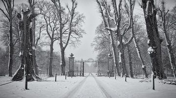 De oprijlaan inclusief hek in de sneeuw, Chateau Marquette van
