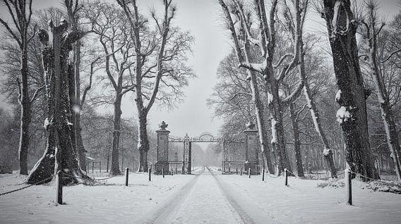De oprijlaan inclusief hek in de sneeuw, Chateau Marquette von Paul Beentjes
