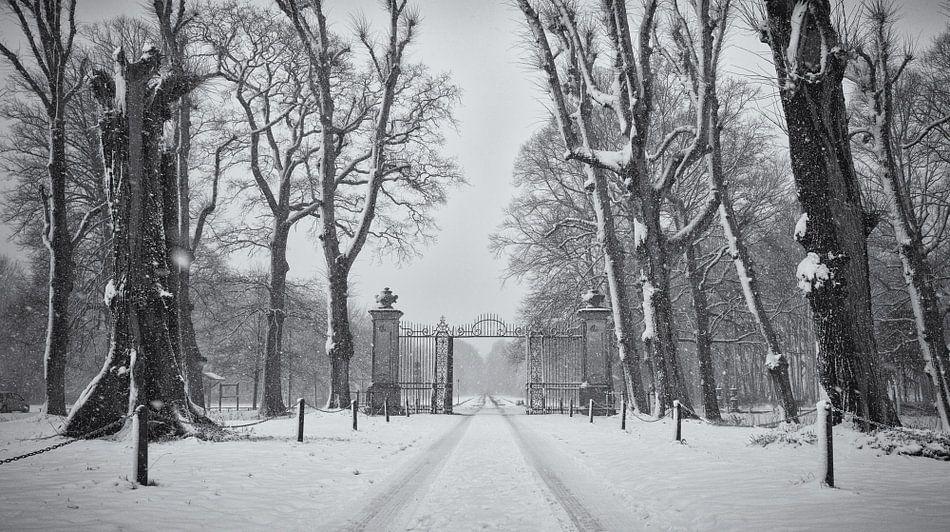 De oprijlaan inclusief hek in de sneeuw, Chateau Marquette van Paul Beentjes
