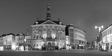 Zwart-wit panorama van het stadhuis aan de Markt van Den Bosch,