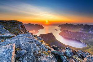 Kleurrijk berglandschap met middernachtzon