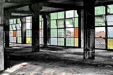 Gekleurd glas in oude fabriek van