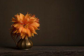Chrysant in stilleven van Elles Rijsdijk