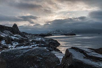 Zeezicht met bergen (Noorwegen) van Riccardo van Iersel