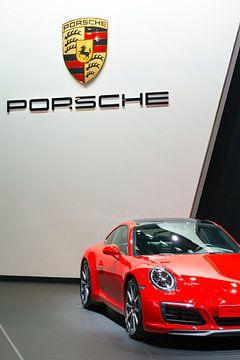 Vue de face d'une voiture de sport rouge Porsche 911 Carrera S sur Sjoerd van der Wal