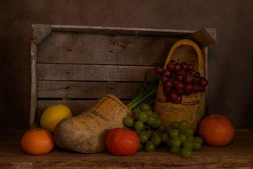 Nature morte d'une boîte en bois avec des sabots et des fruits sur ChrisWillemsen