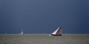Skûtsje op het IJsselmeer von Fonger de Vlas