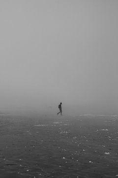 Einsamer Mann am Strand von Youp Lotgerink