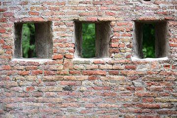 Drei Öffnungen in einer alten Steinmauer von Ulrike Leone