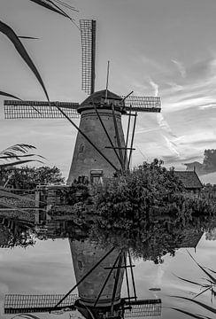 Mühle Kinderdijk bei Sonnenuntergang in schwarz-weiß von Marjolein van Middelkoop