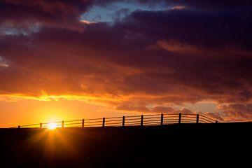 Zonsondergang op de dijk Ameland van Janna-Jacoba van der Laag