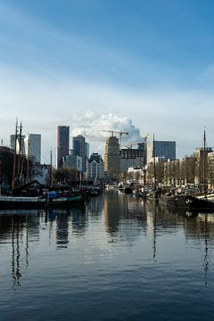 Zicht op het oude gedeelte van de oudehaven met boten in de ochtend in Rotterdam, Nederland