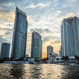 Skyline van Bangkok bij ondergaande zon van Erik Rudolfs