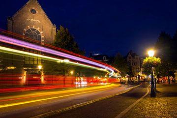Avond met stadsverkeer. Janskerkhof, Lange Jansstraat, Utrecht. van