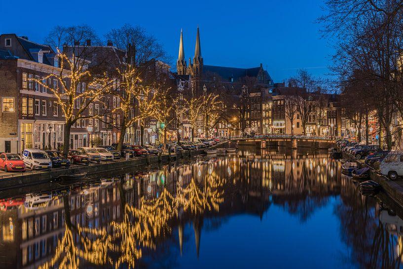 Stille avond bij de Krijtberg aan het Singel in Amsterdam van Jeroen de Jongh