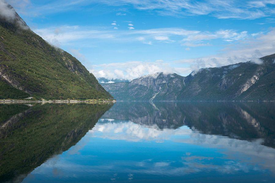 fjord in noorwegen met weerspiegeling