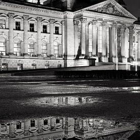 Reichstagsgebäude mit Spiegelung in einer Pfütze von Frank Herrmann