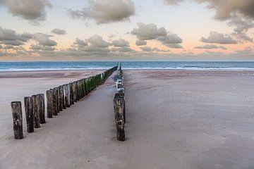 Golfbreker op strand in Zeeland bij Dishoek sur Wout Kok