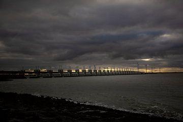 Winters silhouet van de stormvloedkering in Zeeland Nederland van Rik Pijnenburg