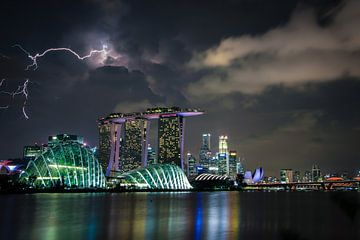 Die Skyline von Singapur bei Donner und Blitz von Jesper Boot