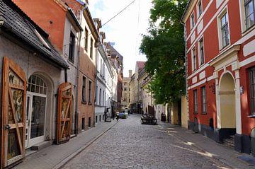 Riga, doorkijk in straat oude centrum von Maarten  van der Velden