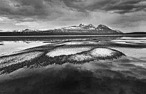 Landschap met halfbevroren meer en bergen in zwart wit van