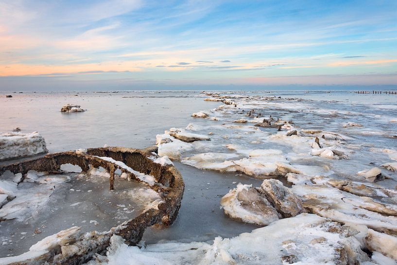 Waddenzee in winter bevroren van Peter Bolman
