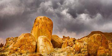 Orange gefärbte Granitfelsen in Namibia von Chris Stenger