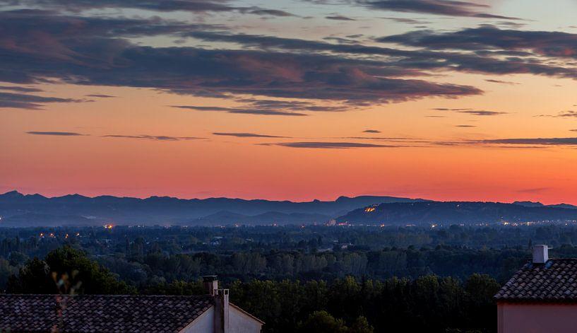 Uitzicht over de Provence bij zonsondergang in Frankrijk van Jacques Jullens