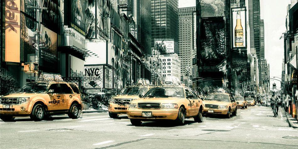 New York - Yellow Cabs on Time Sqaure van Hannes Cmarits