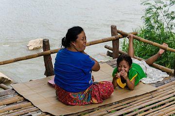 Lachende mensen bij de rivier von Eline Willekens