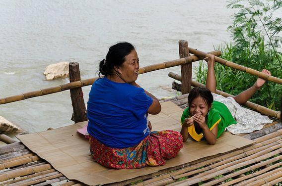 Lachende mensen bij de rivier