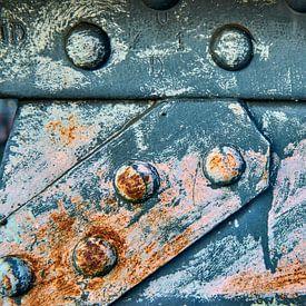 Roestige metalen verbinding van een brug van Jenco van Zalk