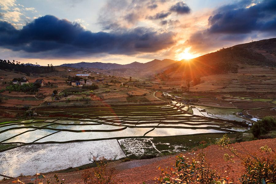 Madagaskar zonsondergang over de akkers