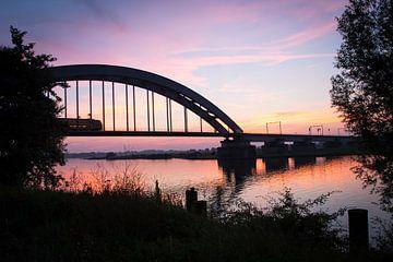 Spoorbrug Culemborg bij zonsondergang sur Milou Oomens