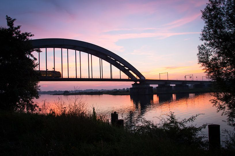 Spoorbrug Culemborg bij zonsondergang van Milou Oomens