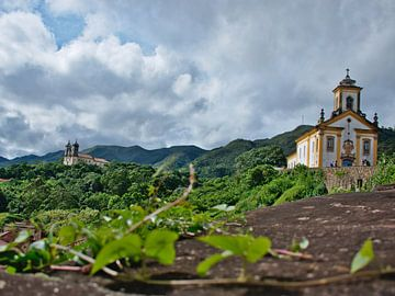 Oude kerken op heuvels in Brazilië van Hannon Queiroz