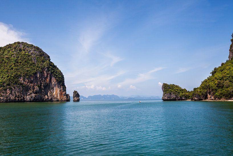 Mooi glashelder water en hoge kliffen op een tropisch eiland. Thailand van Tjeerd Kruse