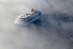 Cruisschip in de mist van