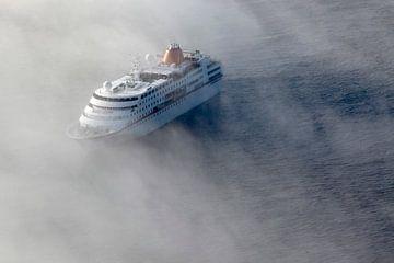 Cruisschip in de mist van Roel Dijkstra
