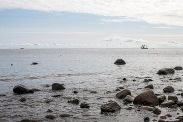 uitzicht over zee met in de verte een driemaster van