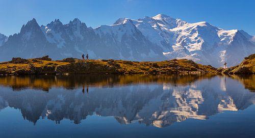Wandelaars bij bergmeer Mont Blanc
